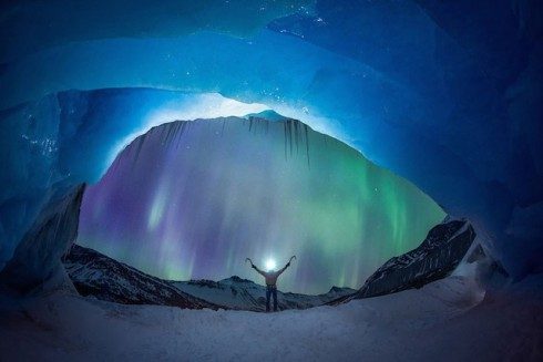 Glacier-Illuminated-by-The-Northern-Lights-0