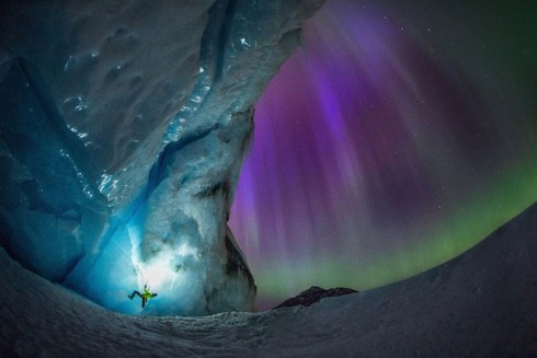 Glacier-Illuminated-by-The-Northern-Lights-1