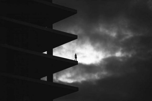 Black-and-White-Pictures-Defying-Gravity-3-900x600